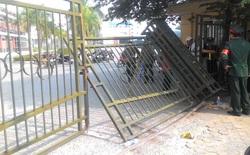 """Nóng ruột """"săn"""" vé xem ĐT Việt Nam, CĐV xô đổ cả cổng VFF"""