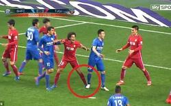 """Giẫm lên chân """"sao bự"""", cầu thủ bị phạt gần một tỉ đồng"""