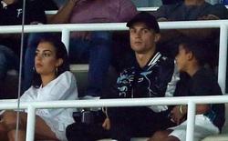 """Ronaldo mặt buồn thiu, cùng cả nhà ngồi khán đài VIP xem đồng đội """"vùi dập"""" Barca"""