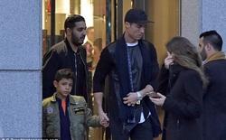 """Bố con Ronaldo """"lên đồ"""" xuống phố mua túi tặng bạn gái Georgina"""