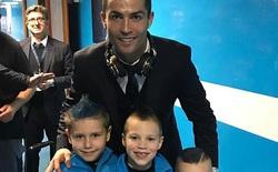 Ronaldo vui vẻ chụp ảnh với con trai đối thủ