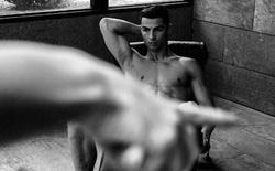 """""""Ronaldo như sắp đóng phim người lớn"""""""