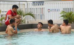 Phòng gym quá bé, U19 Việt Nam tập thả lỏng bên cạnh bể bơi