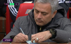 Hé lộ về tờ giấy mà Mourinho viết lia lịa trong trận thắng Liverpool