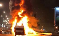Nhiều cầu thủ suýt chết vì xe buýt diễu hành chức vô địch bất ngờ cháy lớn
