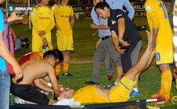 Sau pha va chạm nguy hiểm với trung vệ HAGL, cầu thủ SLNA nhập viện cấp cứu