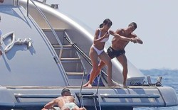 Ronaldo tinh nghịch, đẩy bạn gái khỏi du thuyền trong kì nghỉ