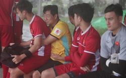 Văn Toàn co ro trong vòng tay HLV Hàn Quốc tránh mưa trong buổi tập đầu tiên tại Myanmar