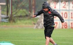 HLV Park Hang-seo suýt ngã khi thử làm vận động viên nhảy qua vũng nước mưa