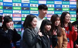 """Ngôi sao Son Heung-min tươi rói trong ngày về Hàn Quốc, cười """"tít mắt"""" khi được vây quanh bởi các fan nữ"""