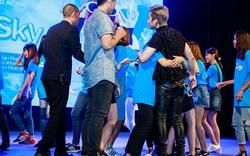 Fan nữ ùa lên sân khấu, ôm chặt Sơn Tùng MTP