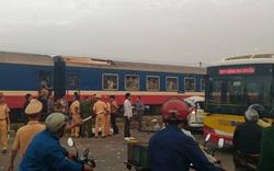 Hà Nội: Ô tô bị tàu hỏa tông trúng lúc rạng sáng, 4 người tử vong