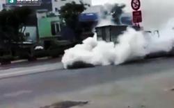 Khói trắng cuồn cuộn bao trùm xe tải trên đường phố Sài Gòn