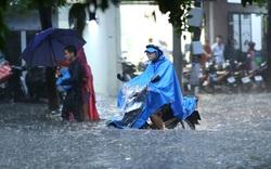 """Nhiều tuyến phố Hà Nội """"thành sông"""" sau trận mưa lớn"""