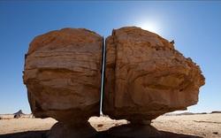 Bí ẩn về tảng đá bị chẻ đôi 1 cách hoàn hảo ở Ả Rập Xê Út