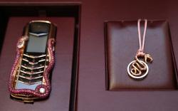 Vertu ra mắt điện thoại đính 439 viên hồng ngọc, chỉ bán tại thị trường Trung Quốc