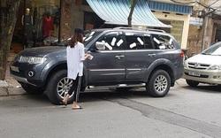 Cô gái Hà Nội dán đầy BVS lên xe ô tô đỗ chắn lối cửa nhà