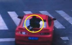 Cô gái trẻ bám chặt đuôi xe ô tô kêu cứu trên cao tốc khiến người đi đường thất kinh