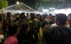 Khán giả nhào lên sân khấu giật micro, ban tổ chức bỏ chạy: Xin không phải trả lại tiền vé