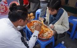 Ăn bánh mì chảo khổng lồ trong 40 phút, cặp đôi nhận thưởng 2 triệu đồng