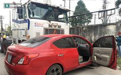 Xế hộp Nissan bị xe container đẩy lùi hàng chục mét, anh trai đạp cửa cứu 2 em