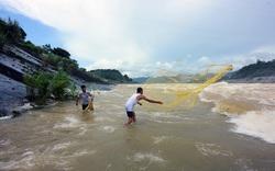 """Người dân """"lao ra"""" dòng nước dữ, chảy cuồn cuộn để bắt cá sông Đà"""