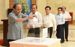 Thủ tướng Nguyễn Xuân Phúc quyên góp ủng hộ đồng bào vùng lũ