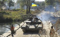 TT Poroshenko: Pháo giương nòng, tên lửa hướng thẳng tới Donbass