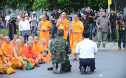 Cận cảnh cuộc đối đầu trong ngôi đền Dhammakya ở Thái Lan