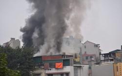 Hà Nội: Đang cháy lớn gần đường Trần Khát Chân, khói đen cuộn kín bầu trời