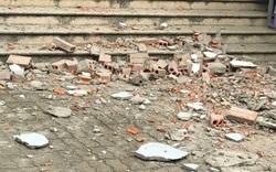 Hà Nội: Thót tim khi mảng tường từ tầng 7 chung cư bất ngờ rơi xuống giữa sân