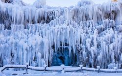 24h qua ảnh: Trời lạnh khiến thác nước đóng băng ở Trung Quốc