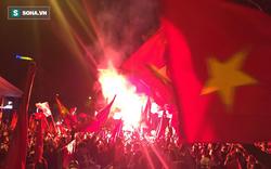 """Fan Việt """"nhuộm đỏ"""" các cung đường, ôm bình ga ra gõ ăn mừng"""