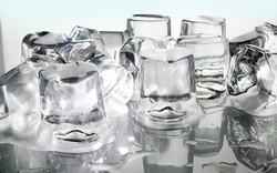 Ai cũng từng uống nước ngọt hoặc bia với đá lạnh, vậy tại sao nó lại có lỗ nhỏ ở giữa?