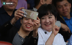 Thầy Park nghiêm nghị bên bà Park đang tươi cười chụp ảnh với người hâm mộ
