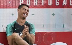 Ronaldo cười tươi rói trong ngày Messi cúi mặt giữa nỗi buồn vô tận