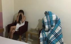 Người đàn ông mua dâm quấn chăn kín người khi công an ập vào khách sạn