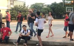 Công Phượng bị đồng đội trêu đùa vì Hòa Minzy xuất hiện trên sân tập của Olympic Việt Nam