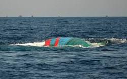 Đò dọc va chạm mạnh với tàu chở hàng, 11 người rơi xuống sông