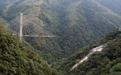Sập cầu treo kinh hoàng ở Colombia: Gãy vụn trên vách núi cao chót vót