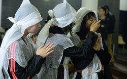 Con gái lau nước mắt cho mẹ trong đám tang NSƯT Vũ Mạnh Dũng, nạn nhân bị anh vợ sát hại