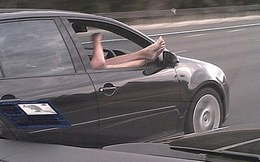 Bức ảnh vừa lái xe vừa gác chân lên cửa sổ gây tranh cãi