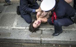 TG 24h qua ảnh: Người đẹp ngực trần biểu tình 'đòi' cộng sự