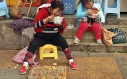 24h qua ảnh: Nữ cờ thủ TQ ăn mì tôm bên vệ đường chờ khách