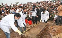 'Biển người' đổ xô xem mộ cổ còn nguyên bàn chân người quá cố