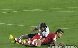 """Chuyện không ai ngờ: Nằm sân, """"vỗ mông"""" đối thủ"""