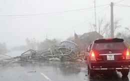 Cận ảnh tâm bão số 10: Giật đổ nhà, toàn miền Trung mất điện