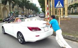Quang Thắng hì hục đẩy siêu xe Lexus giữa phố