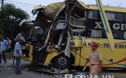 Hà Tĩnh: Va chạm giữa xe khách và container, hàng chục hành khách hoảng sợ