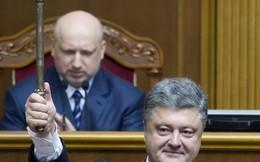 Lính Ukraine rơi súng, ngã quỵ trong lễ nhậm chức của Tổng thống
